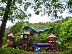 【満濃池森林公園】広大な敷地の公園で鯉のぼりと眩しいくらいの新緑とツツジ