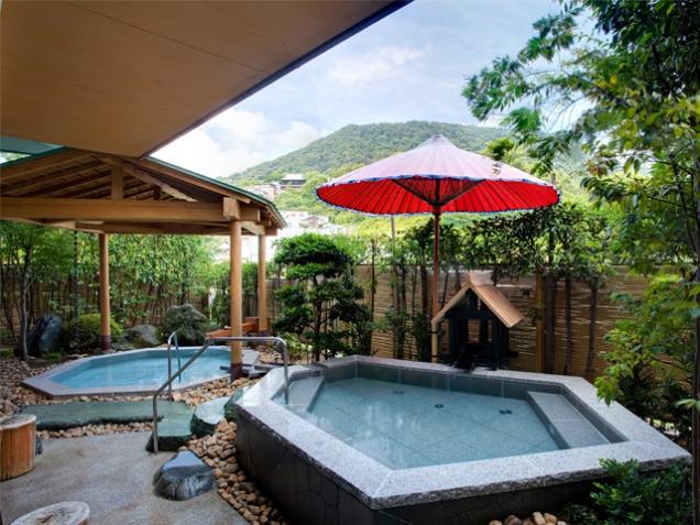 【男性露天風呂】金刀比羅宮の鎮座する象頭山の四季の眺望をお楽しみいただけます。