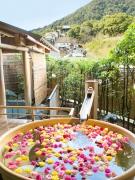 女性露天風呂(華風呂)★薔薇の香りに包まれ優雅な時間をお過ごしください ※9月週末空室あります
